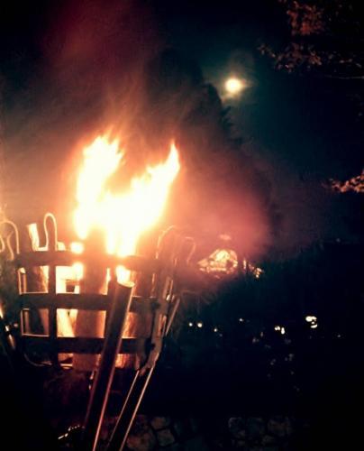 篝火と月と天神さん